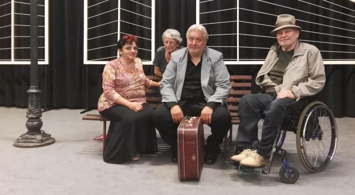 Tři na lavičce